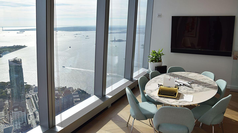 Besprechungszimmer mit rundemMarmortisch: Unten schimmert der Hudson River mit Liberty Island und der Freiheitsstaue.