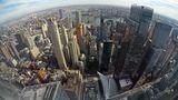 Besonders eindrucksvoll ist der Tiefblick aus der TWA Lounge in 375 Metern Höhe: Blick auf den East River mit der Brooklyn und Manhattan Bridge und Brooklyn im Hintergrund. Unten am Bildrand ist das markante weiße Dach des neuen Bahnhofs Oculus zu sehen.