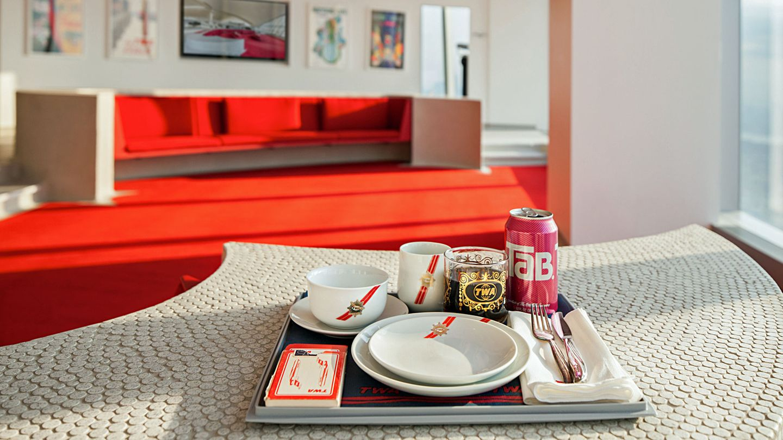 """So sah das Geschirr in der First Class aus, inklusive einer TaB-Dose, des Kultgetränkes der 70er Jahre. Die Abkürzung des Softdrinks aus dem Hause Coca-Cola soll für """"totally artificial beverage"""" stehen."""