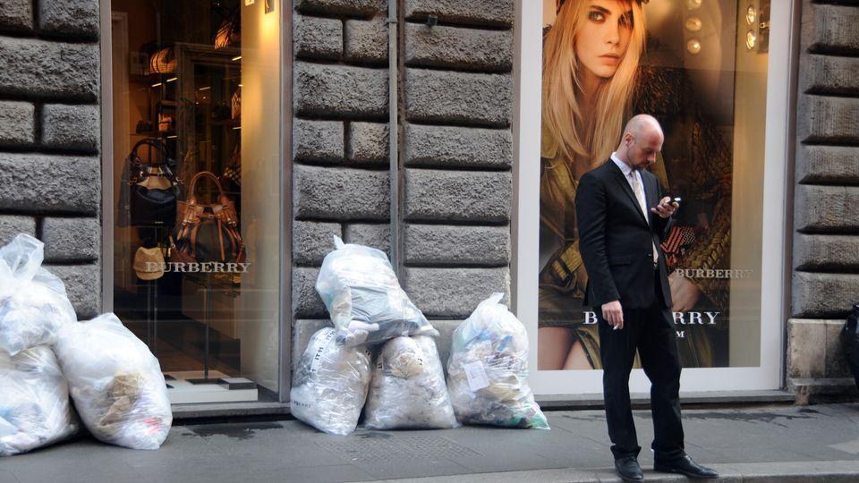 Müllberge vor schicken Läden? In Rom keine Seltenheit.