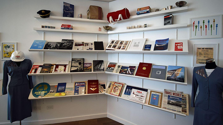 Eine kleine Bibliothek beschäftigt sich mit der Geschichte von Trans World Airlines, die 1930 aus der Fusion zweier Fluglinien entstandund 2001 den Betrieb einstellen musste.