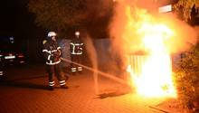 Die Feuerwehr in Hamburg löscht zu Halloween einen brennenden Müllcontainer