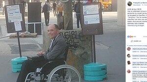 Francois Le Berre wartet auf den Bus