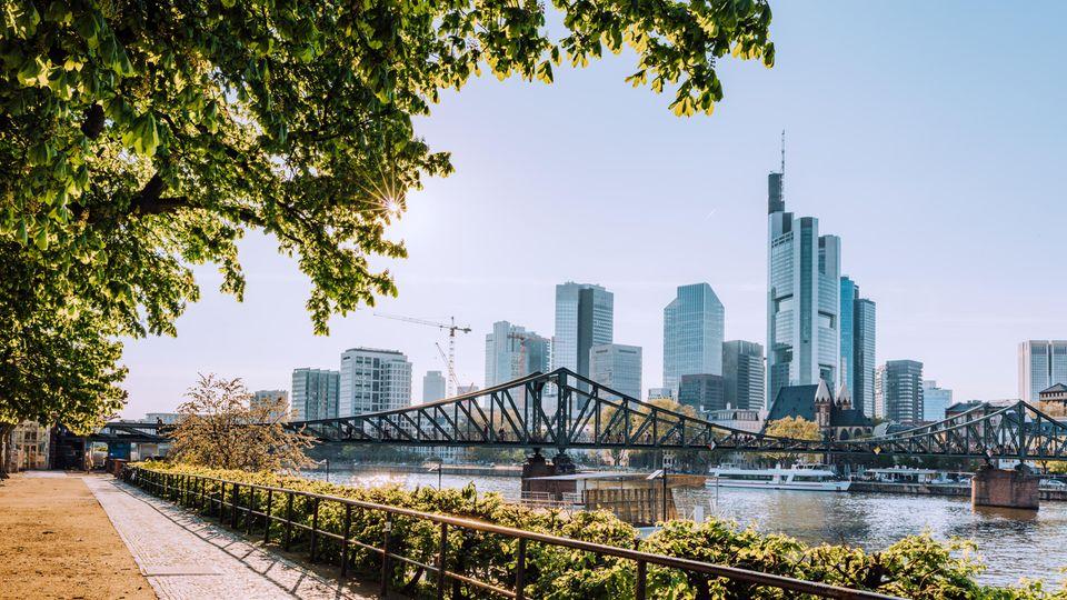 """Frankfurt konnte es als zweite Stadt in Deutschland unter die Top 10 des """"Sustainable Cities Index 2018"""" schaffen. Der Schlüssel für nachhaltige Stadtentwicklung liege bei gut ausgebildeten Bürgern, einem gutenGesundheitssystem und einer effektiven Infrastruktur. Bei Frankfurt sticht heraus, dass der Anteil von Grünflächen sehr hoch ist und die Stadt sich fahrradfreundlich gibt."""