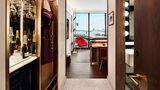 Eines von den mehr als 500 Zimmern mit Blick auf das Flugfeld. Bei beiden Zimmertrakten handelt es sich um Neubauten mit besonders schallisolierten Fenstern.