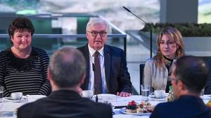 Bundespräsident Frank-Walter Steinmeier sitzt in Chemnitz zwischen zwei Frauen an einer Kaffeetafel