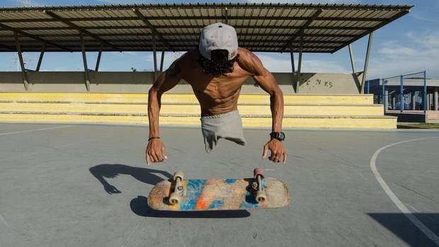 Alfonso Mendoza mit seinem Skateboard