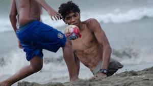 Alfonso Mendoza aus Venezuel spielt Fußball an einem Strand in Kolumbien
