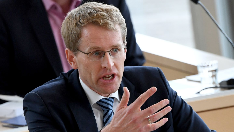 Ministerpräsident Daniel Günther hält eine Rede im Plenum des Landtages