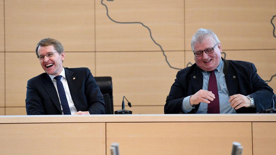 Daniel Günther und Klaus Schlie lachen gemeinsam