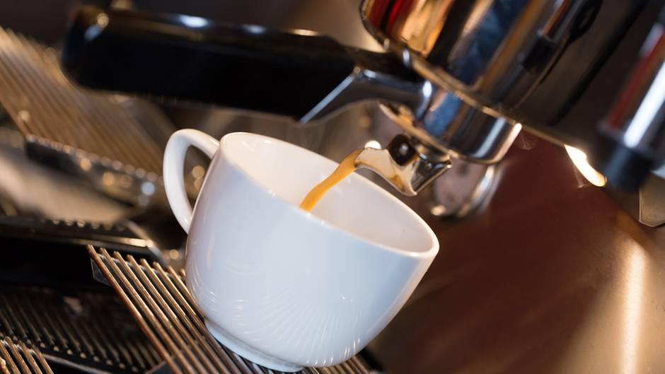Kaffeevollautomat  Die Geräte haben eine zu erwartende Lebensdauer von zehn Jahren und fallen in dieser Spanne im Schnitt dreimal aus. Reparieren ist laut Warentest meist kostengünstiger als beim ersten Schaden ein neues Exemplar zu kaufen. Ökologischer ist es auch, da die Produktion eines Neugeräts die Umwelt belastet.