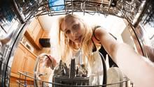 Reparieren lassen oder neu kaufen? Die Antwort fällt für Spülmaschinen, Waschmaschinen, Kaffeeautomaten und Staubsaugerunterschiedlich aus.