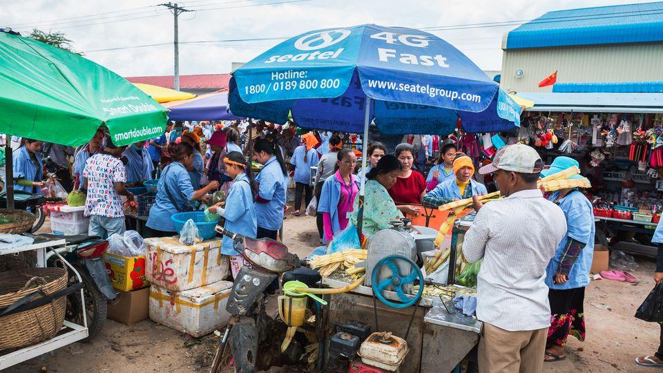 Auf den Märkten vor den Fabriken kaufen die Näherinnen für ihre Familien ein. Eine Dose Cola kostet einen Dollar, der Sirup aus gepresstem Zuckerrohr nur wenige Cent.