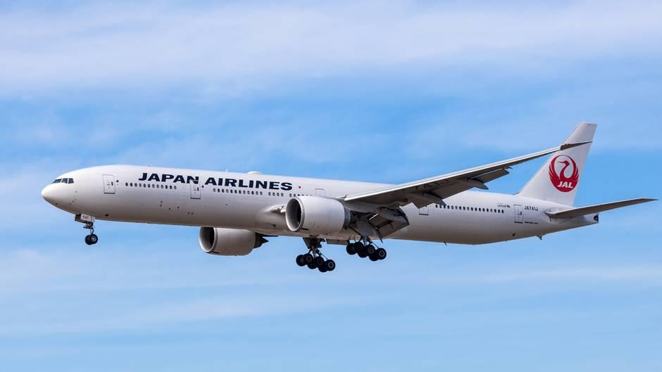 Die Boeing 777-300 vonJapan Airlines (JAL) startete mit einer guten StundeVerspätung nach Tokio