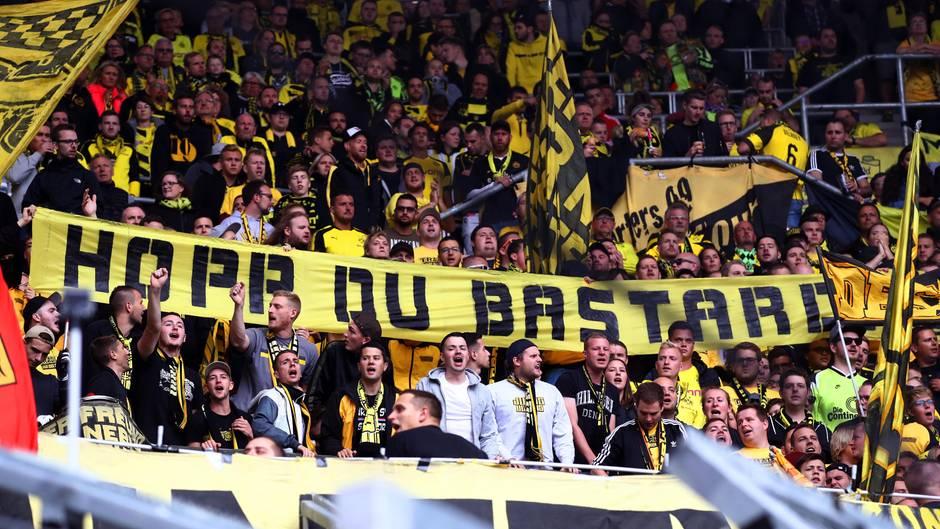 """Beim Auswärtsspiel bei der TSG 1899 Hoffenheim zeigen BVB-Fans ein Banner mit """"Hopp Du Bastard"""""""