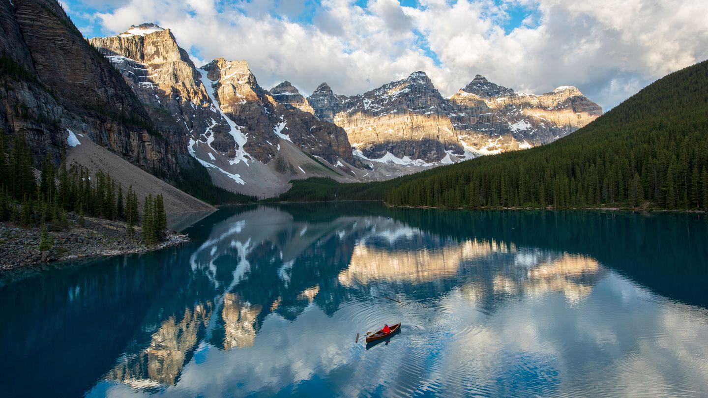 Spiegelbild: Hinter dem Moraine Lake im Banff-Nationalpark erheben sich bis zu 3200 Meter hohe Berge