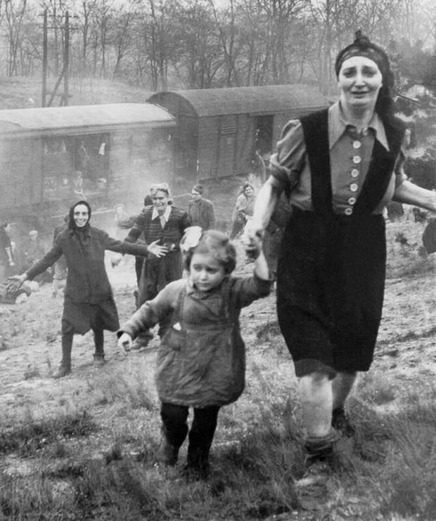 Die Befreiung erlebte Renia nicht mehr. Das Foto zeigt das Moment, als ein Panzer Bataillon der US Army einen Todeszug in der Nähe von Magdeburg stoppte.