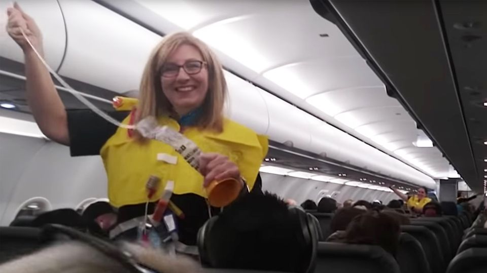 Frontier Airline: Ist das die lustigste Flugbegleitung der Welt?