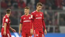 Thomas Müller, Joshua Kimmich und Franck Ribéry vom FC Bayern München gehen mit gesenkten Köpfen vom Platz