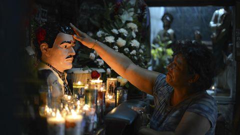 Diese Frau flehtJesús Malverde an, ihrer Tochter beizustehen.Malverde gilt als Schutzpatron der Narcos.