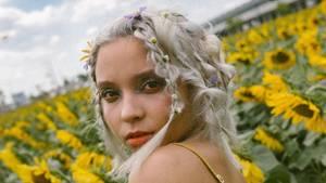 Ein blondes Mädchen in einem Feld aus Sonnenblumen