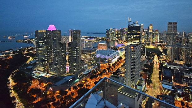 Singapur am Abend: Blick von der Dachterrasse des neuen Andaz Hotels Singapore