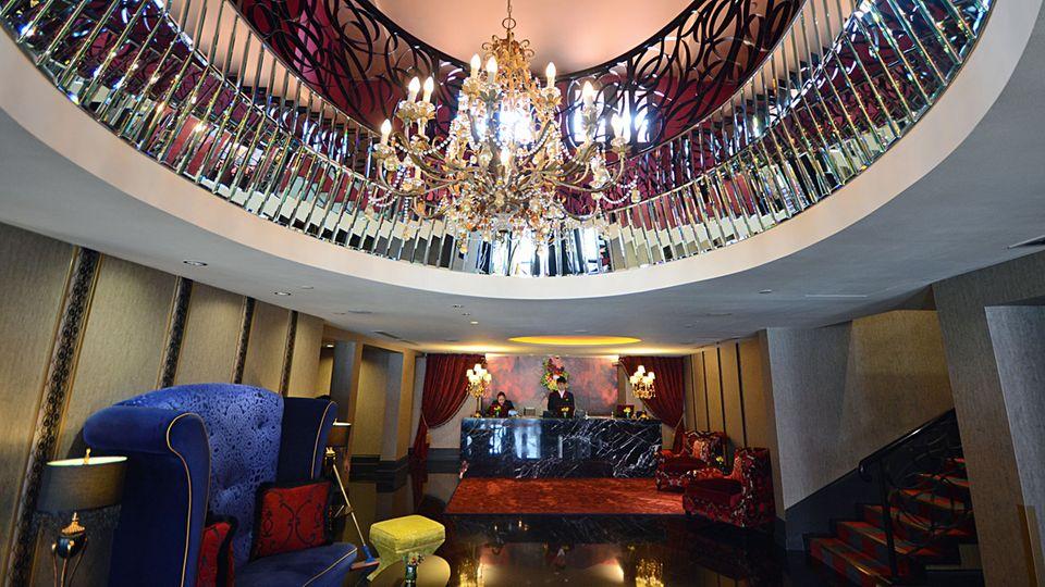 Ornamente und viel Luxus: die Rezeption des Boutique-Hotels The Scarlet