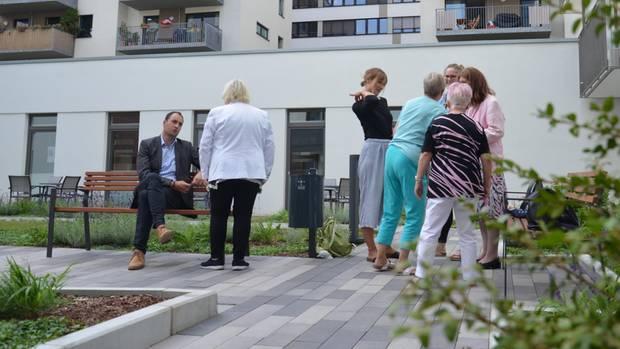 """Geschäftsführer Maik Greb (l.) mit Bewohnern: """"Die älteste Bewohnerin ist 93, der jüngste 9 Monate."""""""