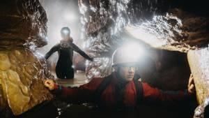 Unterschied zwischen Höhlenprofi und Amateur? Der Profi trägt überm Neoeinen Schutzanzug, unsere Autorin Nele Justus (hinten) nicht.