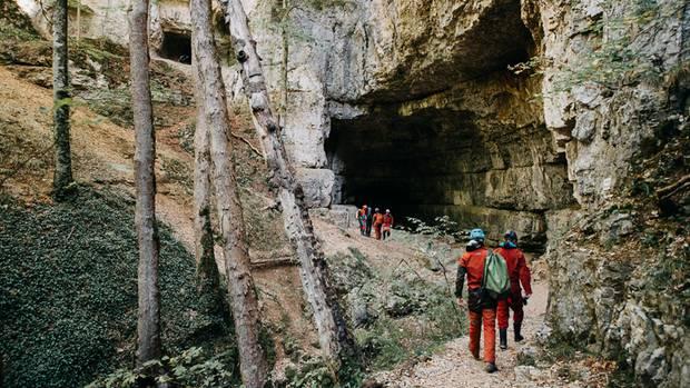 Das Tor in die Finsternis: der Eingang zur FalkensteinerHöhle in der Schwäbischen Alb.