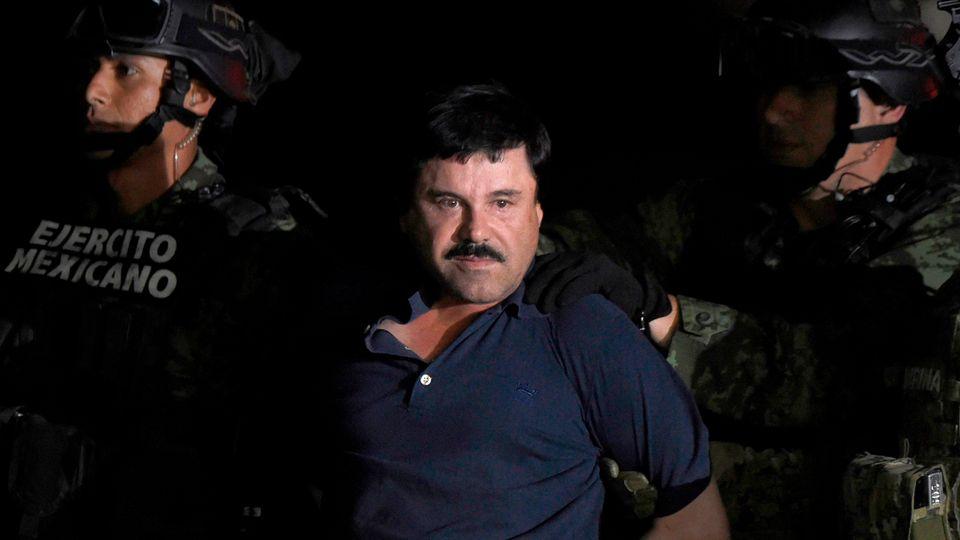 "Der berüchtigte Drogenboss Joaquin ""El Chapo"" Guzman wird eskortiert (Archivbild)"