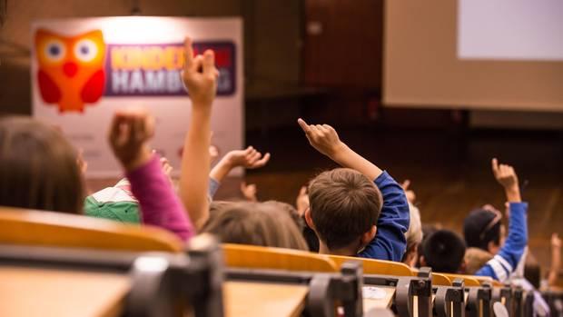 Kinder bei einer Vorlesung der Kinderuni in Hamburg