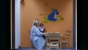 """Szene aus """"Elternschule"""": Essverhaltenstraining durch die Scheibe"""