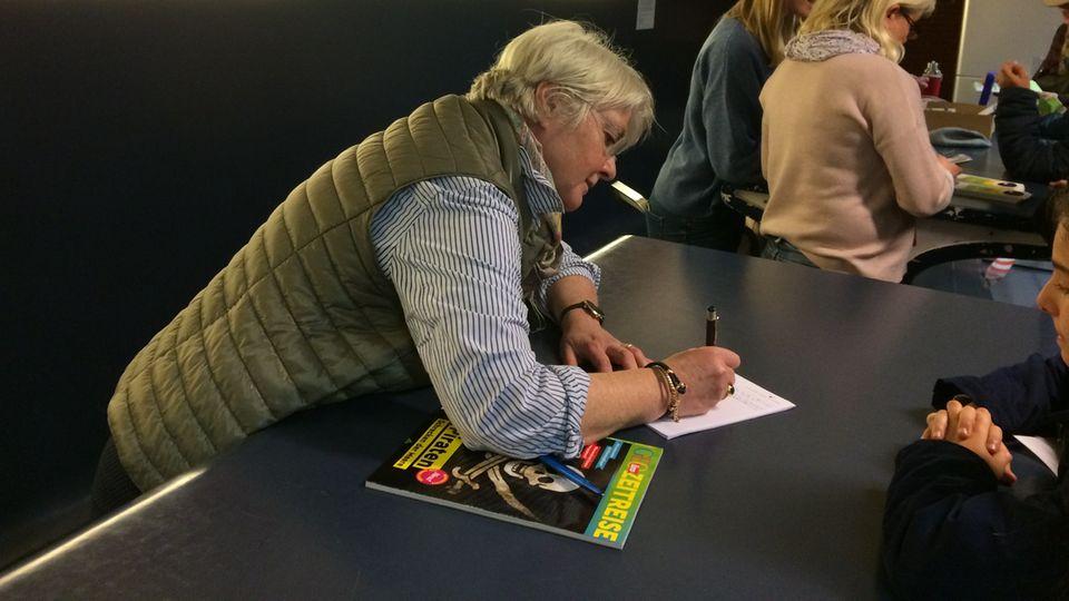 Professorin Claudia Schnurmann gibt Autogramm