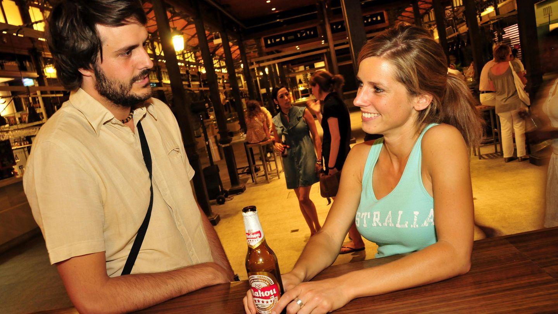 Ein junger Mann spricht an der Bar mit einer jungen Frau