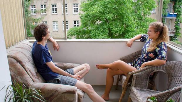 Oliver und seine Freundin auf dem Balkon der gemeinsamen Wohnung