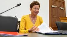 Die Gießener Ärztin Kristina Hänel sitzt vor Beginn des Berufungsprozesses im Gerichtssaal