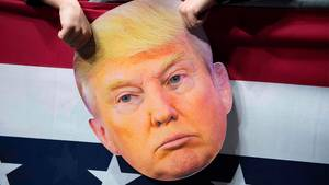 Eine Pappmaske von Donald Trump bei einer seiner Wahlkampfveranstaltungen