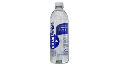 """Gewinner """"Goldener Windbeutel 2018"""": Glacéau Smartwater von Coca-Cola  Das """"schlaueWasser"""" vonCoca-Cola wird zunächst verdampft, dann wieder aufgefangen und nachträglich mit Mineralstoffen versetzt. """"Diesen ernährungsphysiologisch völlig unnützen Vorgang"""" müssten Verbraucher mit dem bis zu siebenfachen Preis eines herkömmlichen Mineralwassers bezahlen, kritisiert Foodwatch. Von den 70.000 abgegebenen Stimmen erhielt das Smartwater mehr als 21.000.  Coca-Cola hält die Kritik für nicht berechtigt. Die Kennzeichnung sei transparent und entspreche der Lebensmittelverordnung, erklärt der Konzern in einer Stellungnahme. """"Durch den streng regulierten Herstellungsprozess erhält dieses Wasser einen besonders klaren, frischen und wenig mineralischen Geschmack in gleichbleibender Qualität."""""""