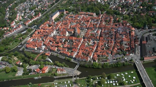 Wo Werra und Fulda zusammenfließen in die Weser entsteht: Luftbild der Stadt Hann. Münden