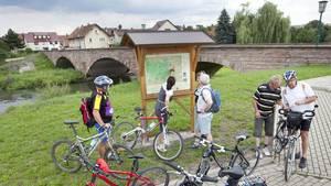 Pause bei Radtour an Werra und Fulda: Die Alte Werrabrücke verbindet Hann. Münden mit der historischen Vorstadt Blume.