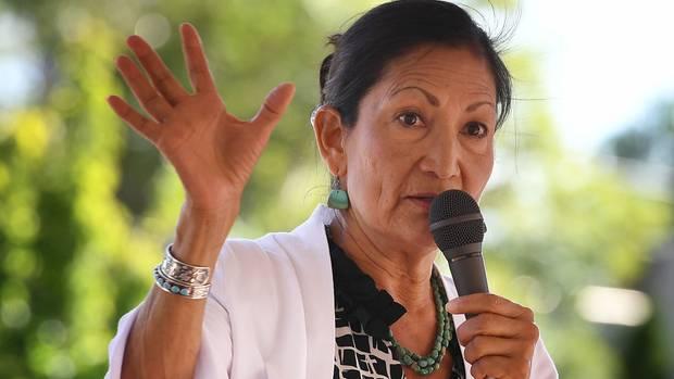 Deb Haaland ziehtals erste Ureinwohnerinins US-Repräsentantenhaus ein