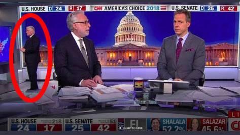 Berichterstattung zu den Midterms: TV-Panne bei CNN: Das macht ein Moderator, der sich herrlich unbeobachtet fühlt