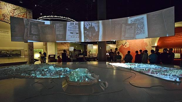 Zeitreise durch acht Abteilungen: vom Mittelalter bis in die Gegenwart mittels interaktiver Displays, Modelle und Ausstellungsgegenstände