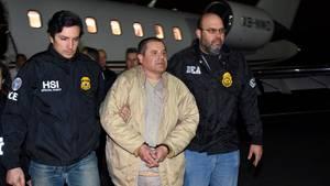 """Joaquin """"El Chapo"""" Guzman wird von zwei US-Beamten abgeführt"""