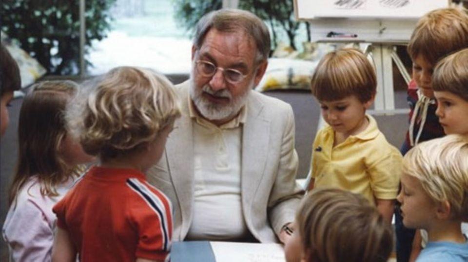 """Carlewurde 1929 in Syracuse, New York, geboren. Seit 1966 gestaltete er fast 70 Bücher, die weltweit 145 Millionen mal verkauft wurden – allein """"Die kleine Raupe Nimmersatt"""" 46 Millionen Mal. Das Buch wurde in 62 Sprachen übersetzt (kl. Foto:Carlein den Achtzigern in Deutschland bei einer Lesung). Weitere Werke von ihm sind """"Der kleine Käfer Immerfrech"""" oder """"Die kleine Maus sucht einen Freund"""". 2002 eröffnete er sein Museum für Bilderbuchkunst in Amherst, Massachusetts.Carlehat zwei erwachsene Kinder, seine Frau Bobbie starb 2015."""