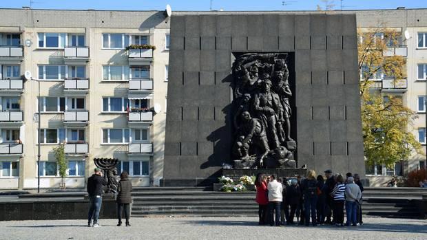 Vor der Eingangstür zum Museum befindet sich das Ehrenmal der Warschauer Ghettohelden. Hier kniete Willy Brandt am 7. Dezember 1970nieder.