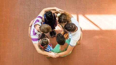 Eine Gruppe Jugendlicher umarmt sich