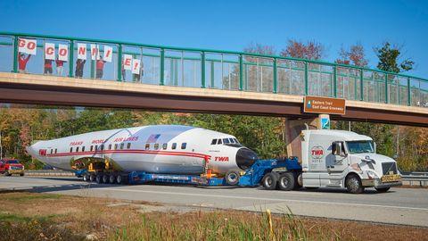 """Das einst hochbeinige Flugzeug ruht nur knapp über dem Asphalt auf dem Tieflader. Die """"Connie"""" rollt ihrem Ziel entgegen: dem zukünftigen TWA Hotel am JFK Airport in New York."""