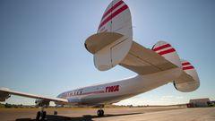 Bei dieser Langstreckenmaschine mit den drei auffälligen Seitenrudern im Heck handelt es sich um das letzte Modell der Constellation-Baureihe, die Super Star, die bis 1958 gebaut wurde. DerFlugpionier Howard Hughes, der auch die Fluglinie Trans World Airlines besaß, hatte das Design mitentwickelt.